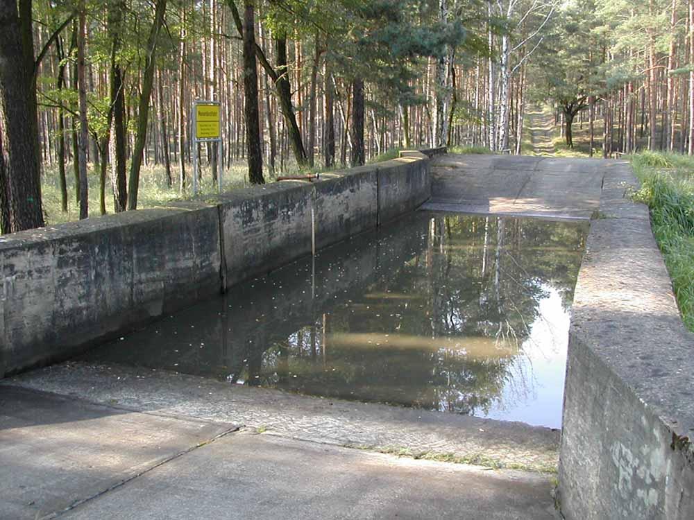 Wasserdurchfahrt*): Wattiefe max. 1,50 m, Beckenbreite: 5,5 m, Beckenlänge: 31,4 m, Beckengrund: Granitpflaster in Beton