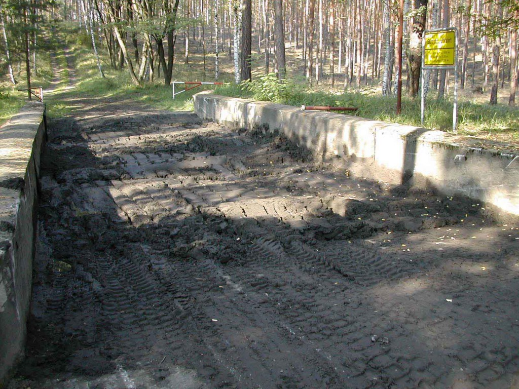 Schlammdurchfahrt*): Sumpftiefe max. 0,5 m, Beckenbreite: 5,5 m, Beckenlänge: 28,3 m; Beckengrund: Granitpflaster in Beton