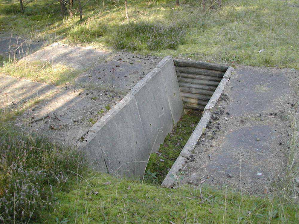 Grabenüberfahrt: Drei Gräben (Tiefe:1 m, Weite oben: 1m) im Abstand von etwa 13 bzw. 15 m (Nutzung auf Anfrage)