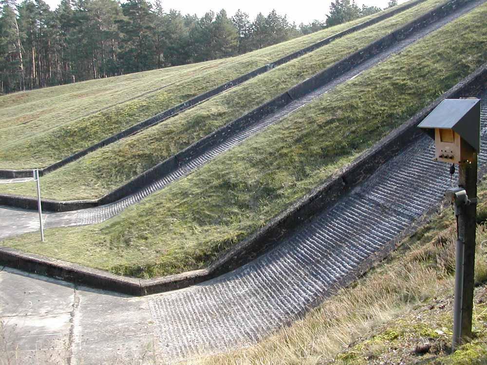 Detailansicht vom Fuß der Steigungsbahnen*), im Vordergrund die Rampe zur 65iger Bahn
