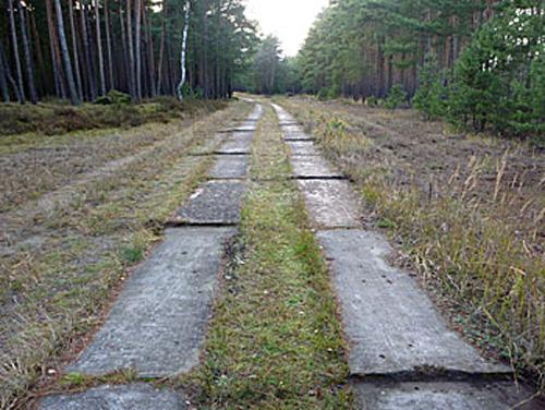 Etwa 30 m weiter im gleichen Plattenweg: Schlechtwegstrecke mit unsymmetrischen (versetzte) Fugenversetzungen von ebenfalls etwa 4 cm Kantenhöhe jedoch über 16 Plattenlängen verteilt.