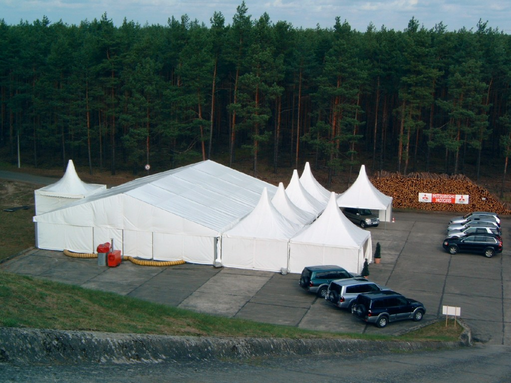 Ausreichender Platz für individuelle Zeltkonstruktionen ist da. Der eigene Besprechungsraum hat 30 Plätze, das benachbarte Tagungszentrum der BAM bietet ein Vielfaches an Plätzen.