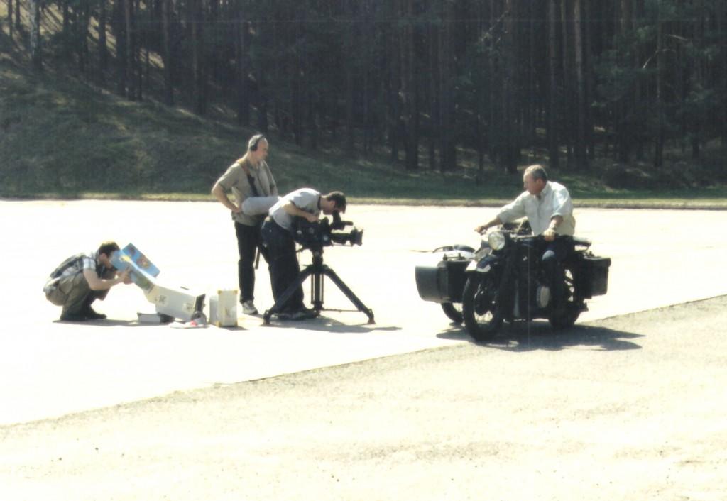 """Filmaufnahmen mit historischen Motorrädern (hier BMW R12 Bj.1939). Die Firma """"warkclements"""" aus Glasgow (Schottland) produzierte Szenen von """"Wheels At War"""" für den britischen Sender """"The Discovery Channel""""."""